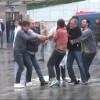 Taksim'de şemsiye satıcıları kavga etti